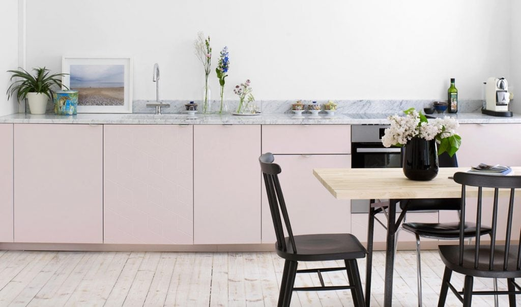 Light-pink-white-kitchen-1024x604 [Kiến thức] Phong cách Bắc Âu - Scandinavian trong thiết kế nội thất