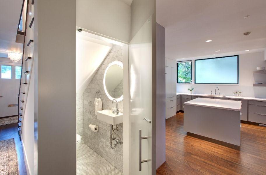 Kitchen-with-a-secret-powder-room Thiết kế nhà vệ sinh dưới gầm cầu thang, nên hay không?