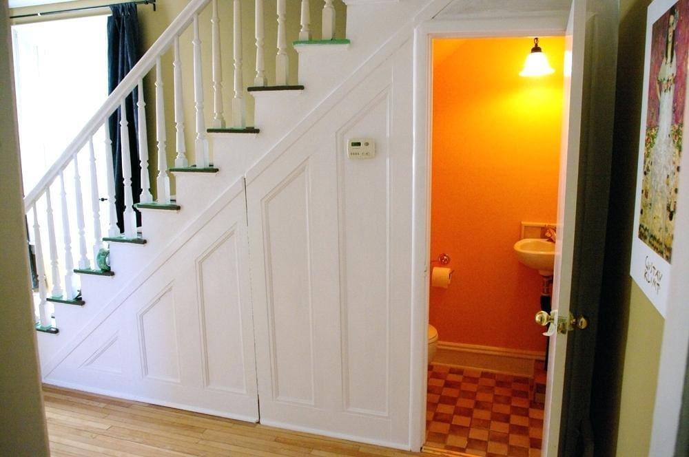 under-stair-toilet-ideas-small-bathroom-under-the-stairs-source-under-stairs-finished-under-stairs-toilet-decorating-ideas Thiết kế nhà vệ sinh dưới gầm cầu thang, nên hay không?